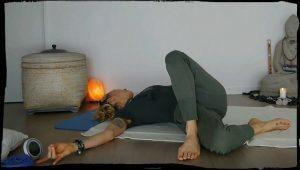 Yin Yoga Asanas auf dem Boden